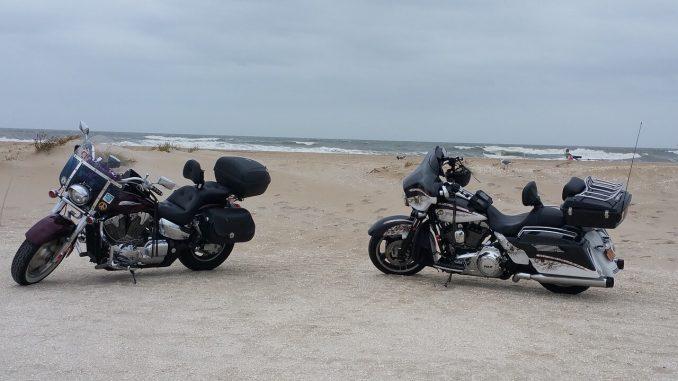 2 Motorräder am Meer