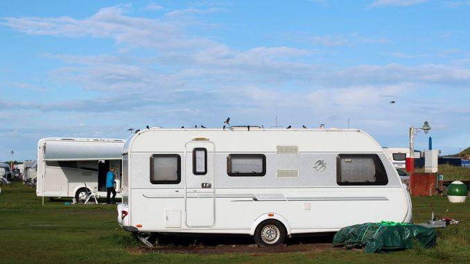 Ein Wohnwagen auf einer Wiese